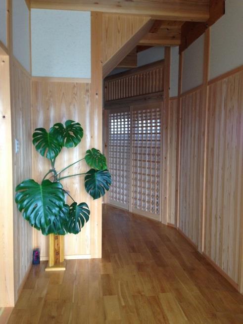 玄関を入ると、杉板貼りの和の空間が広がります。