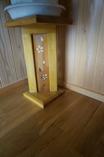 入り口の鉢置きは、奥様が板ノコで作られたそう。桜がかわいい。