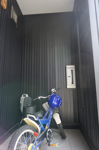玄関も軒下に空間を作り、自転車をしまっても雨に濡れません。